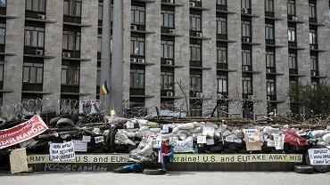Rosyjskie flagi przed budynkiem regionalnej administracji w Doniecku