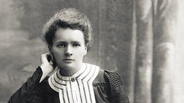 Maria Skłodowska-Curie w 1903 r. Za najszczęśliwszy okres swego życia Maria Skłodowska-Curie uznawała cztery lata spędzone z Piotrem na mieleniu, rozdrabnianiu na proszek, przesiewaniu, podgrzewaniu i oziębianiu masy dostarczanych im minerałów. Pracowali ciężko, ale odkryli dwa nowe pierwiastki promieniotwórcze. Gdy butelki z oczyszczonym materiałem układali na nieheblowanych półkach w swej starej szopie, Piotr odczuwał, jak mówił, wielką dumę z żony. Kochał ją i podziwiał jej zaangażowanie w pracę naukową. Uważa się ją za jedną z prekursorek feminizmu, która potrafiła jednak godzić życie rodzinne z pasją naukową i pracą.