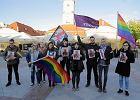 Tęcza nie obraża. Akcja solidarności z Elżbietą Podleśną pod Ratuszem w Białymstoku