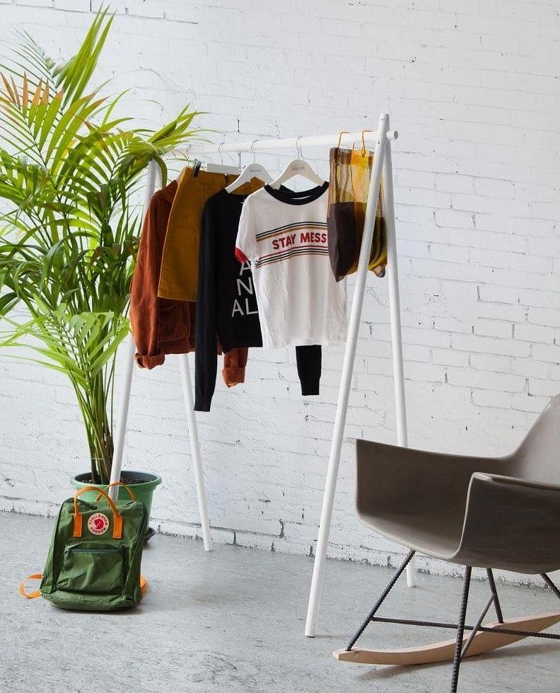 Minimalistyczny wieszak na ubrania