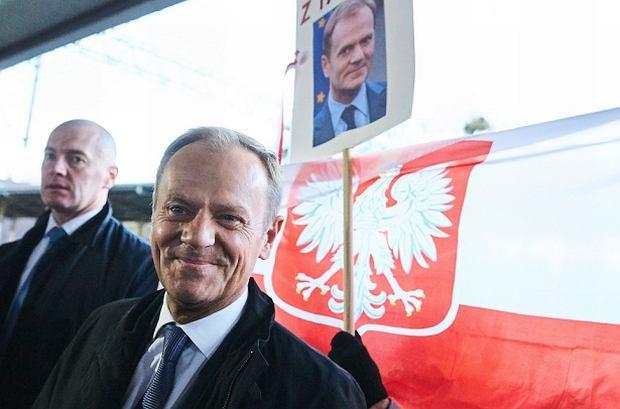 Donald Tusk na dworcu w Sopocie