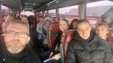 Grzegorz Braun w zatłoczonym autobusie - 'w drodze na marsz o wolność'