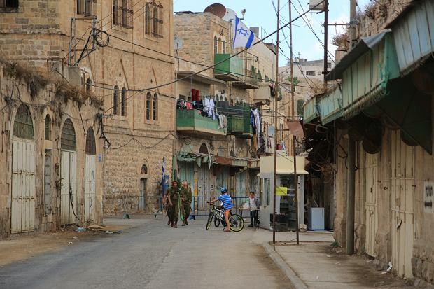 Główna ulica starego miasta w Hebronie - dziś w większości opuszczona