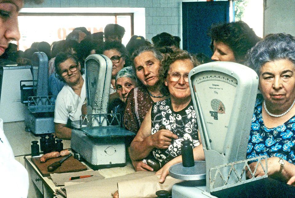 Kolejka w sklepie przy Zakładzie Przetwórstwa Mięsnego w Myszyńcu, sierpień 1989 r.