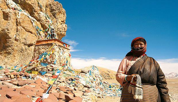 Podróż pociągiem z Pekinu do Tybetu, azja, podróże, Na dziesiątkach kolorowych szmatek Tybetańczycy wypisują swoje modlitwy, które szybko blakną w słońcu
