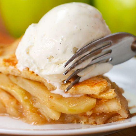 Pieczone jabłko z lekkim serkiem to pyszna i lekka przekąska