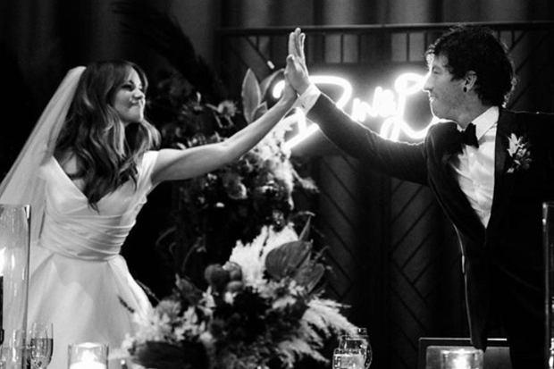 Aktorka Debby Ryan i perkusista Twenty One Pilots, Joshua Dun, pobrali się w tajemnicy pięć miesięcy temu. Dopiero teraz para zdecydowała się o tym opowiedzieć i pokazać zdjęcia ze ślubu. Są bajkowe.