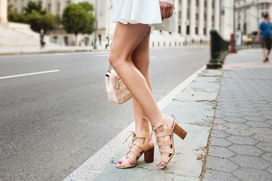 70b9554c Buty na lato (Shutterstock). Rozpoczęła się wielka wyprzedaż butów na lato  marki Primamoda. Wygodne klapki ...