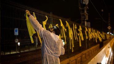 4.09.2018, Premia del Mar niedaleko Barcelony, członek Brygad Czystości zdejmuje żółte wstążki.