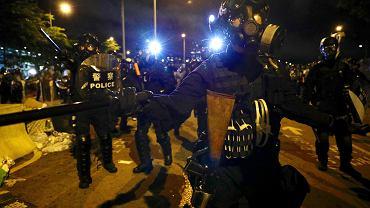 Policja odbiła budynek parlamentu w Hongkongu. Zamieszki w rocznicę. Brytyjczycy reagują