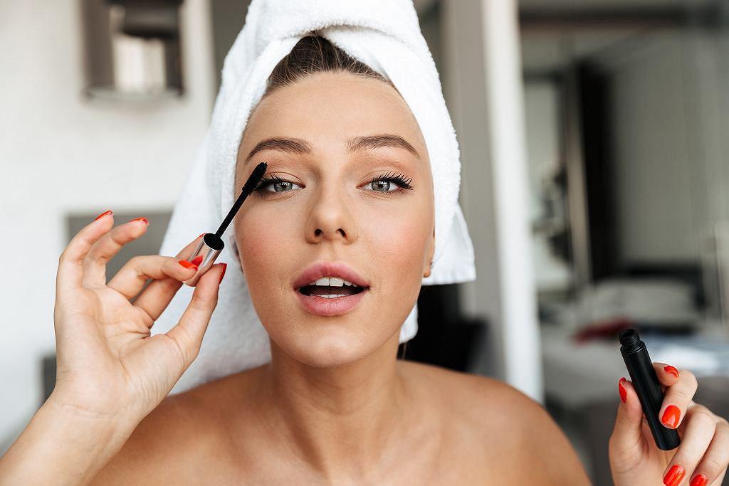 Delikatny makijaż oczu. Wyjaśniamy, jak zrobić dobry makijaż, który podkreśla urodę i optycznie odmładza