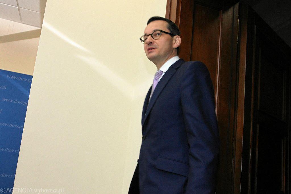 Premier Morawiecki we Wrocławiu. Wojewoda Paweł Hreniak złożył mu raport dotyczący akcji ratunkowej po katastrofie w Mirsku