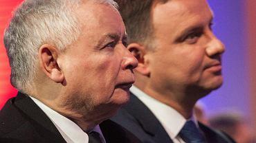 Prezydent Andrzej Duda i jego partyjny zwierzchnik, prezes PiS Jarosław Kaczyński podczas nadania KSAP-owi imienia Lecha Kaczyńskiego. Warszawa, 12 stycznia 2017
