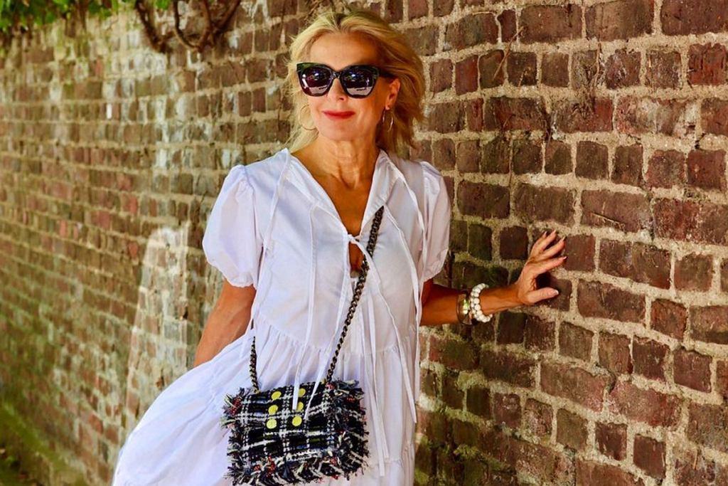 Białe sukienki na lato dla kobiet po 50-tce