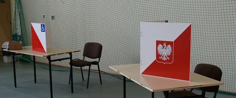 Członkini komisji próbowała schować karty do głosowania pod ubraniem