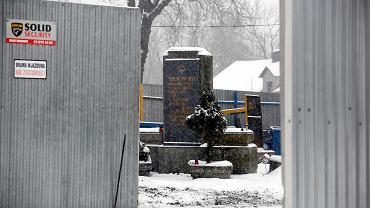 Pomnik upamiętniający pomordowanych Żydów stoi na terenie złomowiska w Czechowicach-Dziedzicach.