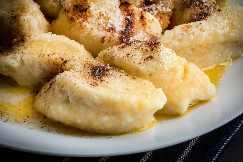 Kluski leniwe (inaczej pierogi leniwe) przyrządza się na bazie twarogu z dodatkiem jajka i mąki