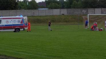 Kontuzja Mateusza Małka podczas meczu IV ligi (Hetman Włoszczowa - GKS Nowiny). Źródło: Facebook