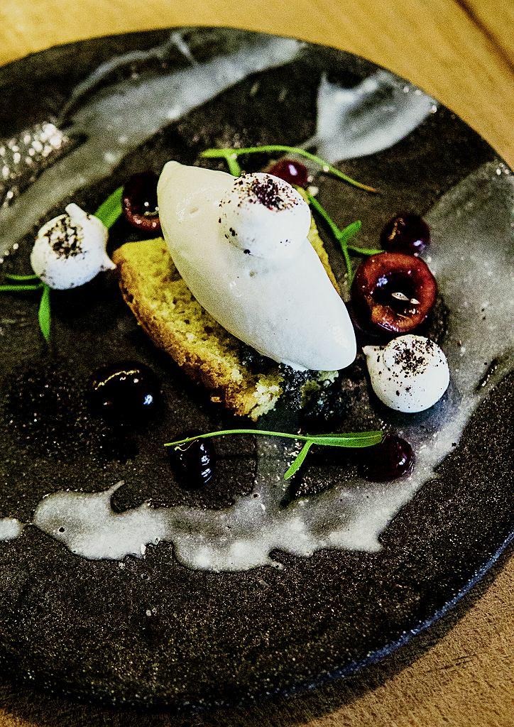 Sezamowe lody na biszkopcie z hibiskusem, wiśniami i bezikami z czarnych oliwek w Miles