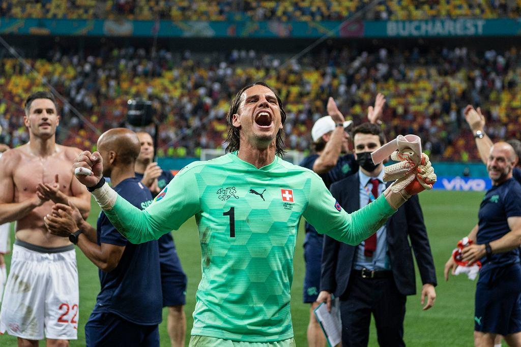 Reprezentant Szwajcarii Yann Sommer świętuje po obronieniu rzutu karnego Kyliana Mbappe na Euro 2020.