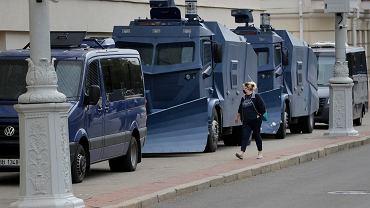 Przy mińskich ulicach wciąż stoją milicyjne wozy opancerzone