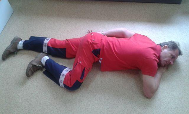 Ulożenie nieprzytomnego w pozycji bocznej jest dziecinnie łatwe, a ratuje życie