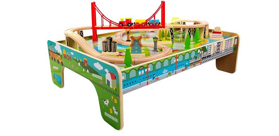 Stolik z kolejką Carousel to świetny pomysł na prezent dla dziecka.