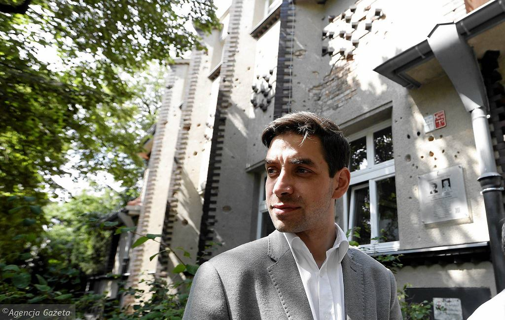 Michał Krasucki, p.o. stołecznego konserwatora zabytków, prezentuje odnowioną przedwojenną szkołę na Żoliborzu przy ul. Czarnieckiego 49