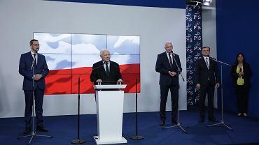 Od prawej: Od prawej: Minister Sprawiedliwości Zbigniew Ziobro, prezes Porozumienia Jarosław Gowin, prezes Prawa i Sprawiedliwości Jarosław Kaczyński i premier Mateusz Morawiecki podczas wspólnego oświadczenia ws. umowy koalicyjnej, 26 września 2020.