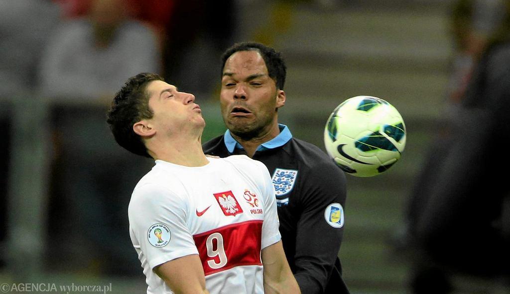 Robert Lewandowski podczas próby przyjęcia piłki. Mecz Polska - Anglia (1:1) rozegrany 17 października 2012 r.