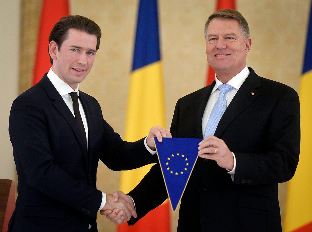 Kanclerz Austrii Sebastian Kurz (po lewej) przekazuje symbolicznie rumuńskiemu prezydentowi Klausowi Iohannisowi prezydencję w Radzie UE