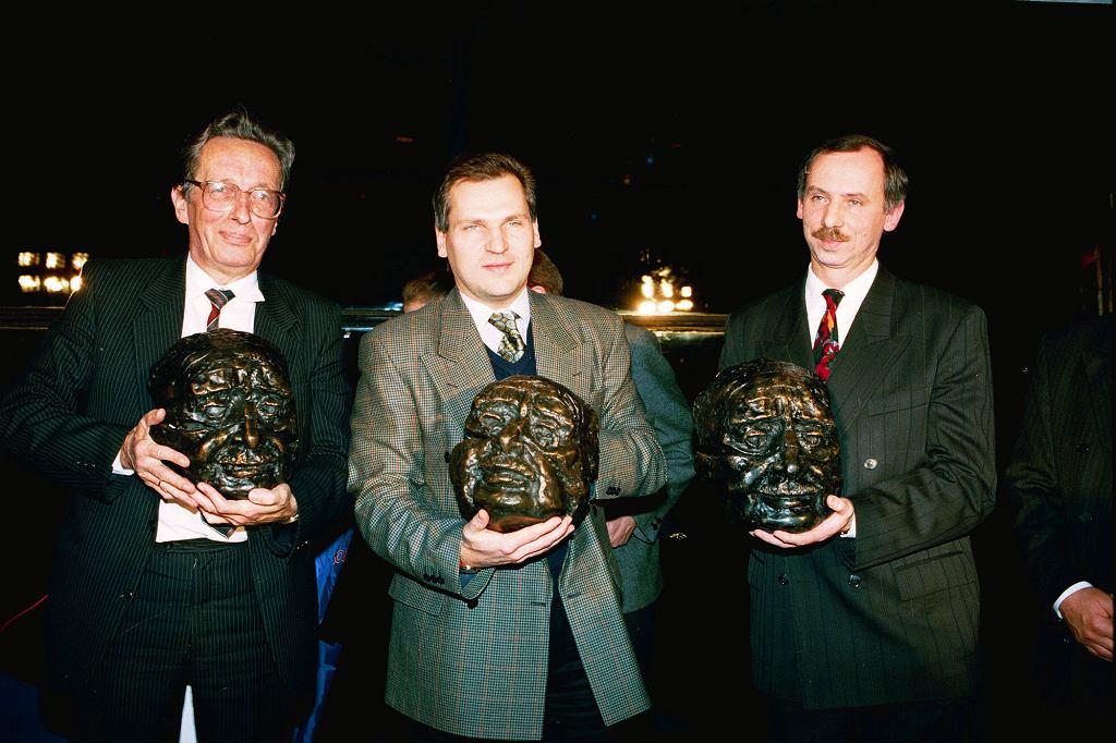 Jednym z kochanków Anastazji P. miał być Aleksander Kwaśniewski. Na zdjęciu w środku, pomiędzy Krzysztofem Kozłowskim i Januszem Lewandowskim, w 1993 r., po odebraniu Nagrody Kisiela (fot. Sławomir Kamiński / Agencja Gazeta)