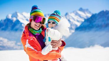 Czy można jeździć na nartach z maluchem w nosidle lub chuście? Pediatra nie ma wątpliwości