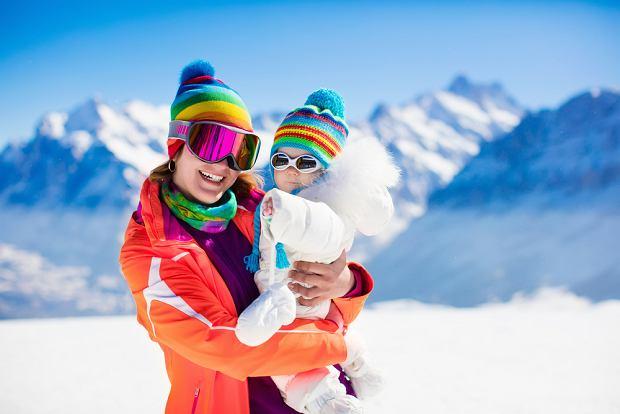 Rodzic zjeżdża na nartach, w nosidle na plecach lub chuście na brzuchu ma niemowlaka. Warto ryzykować?