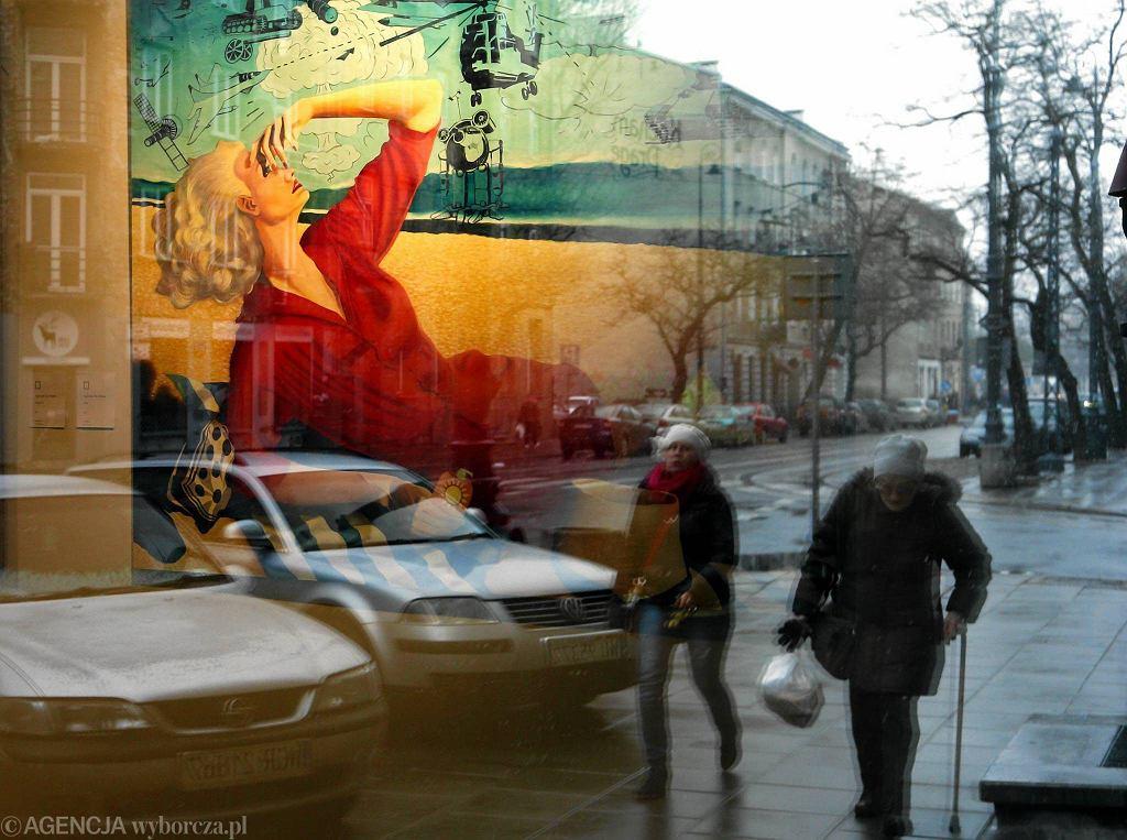 W ogromnych witrynach Galerii Stalowa odbijają się obrazy. Świetnie widać je też z ulicy