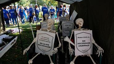 Manifestacja pracowników ochrony zdrowia - ' Białe Miasteczko ' pod KPRM. Warszawa, 11 września 2021