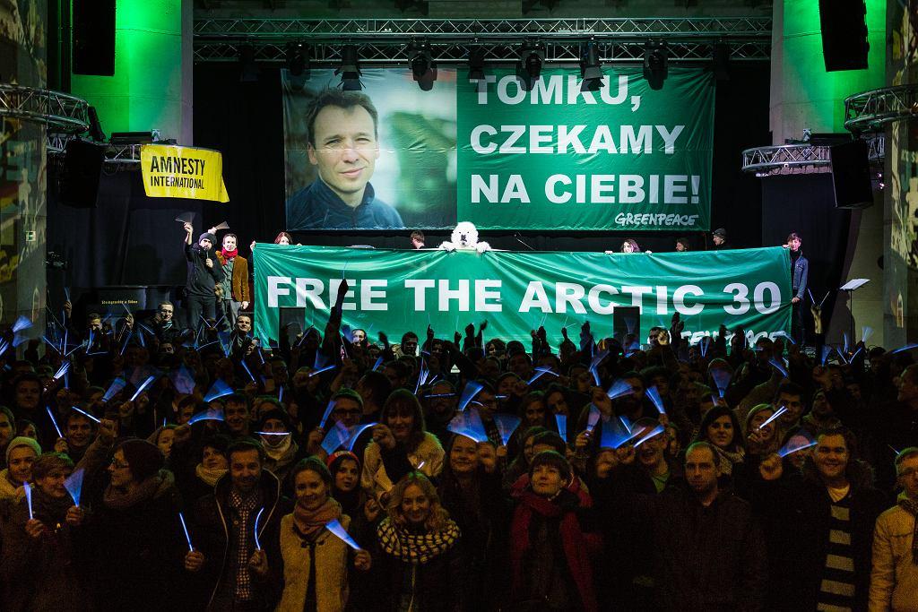 Koncert solidarnościowy #1z30 w Gdańsku, w tle zdjęcie Tomka Demianczuka