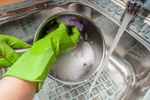 Nawet nie wiesz, że myjesz naczynia zbyt gorącą wodą. Ekspert wyjaśnia