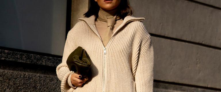 Swetry z dekoltem w serek optycznie wyszczuplają sylwetkę i eksponują dekolt. Sprawdź top 18