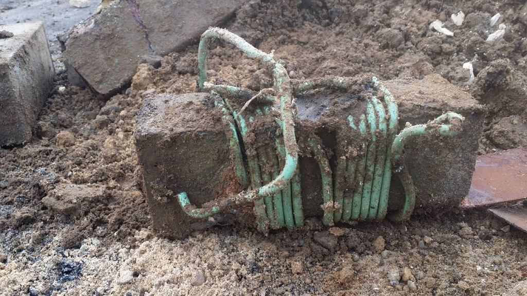 Mazury. Przy moście w Mikoszach znaleziono skrzynki z trotylem
