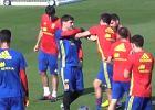 Euro 2016. Włochy - Hiszpania. Przyjacielskie (?) starcie Casillasa z Pique