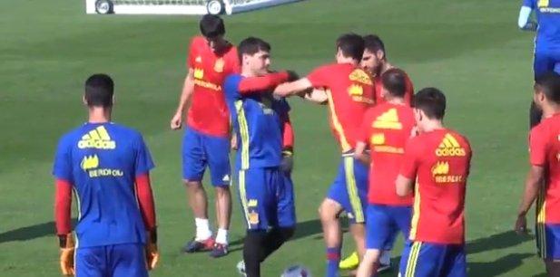 Iker Casillas i Gerard Pique podczas treningu Hiszpanów