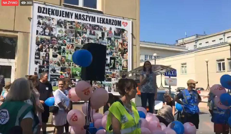 Zdjęcie numer 1 w galerii - Matki stają w obronie prof. Dębskiego i innych lekarzy. Manifestacja przed Szpitalem Bielańskim