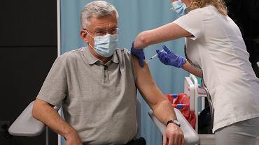 Stanisław Karczewski podczas szczepienia przeciw COVID-19