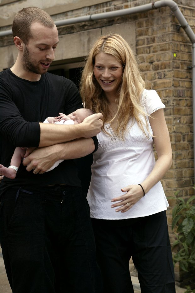 ?BAUER-GRIFFIN.COM Gwyneth Paltrow, husband Chris Martin, and their new baby daughter Apple Blythe Alison Martin (b. May 14, 2004) photographed for the first time while leaving the hospital in London, England. EXCLUSIVE. May 15, 2004. www.bauer-griffin.com