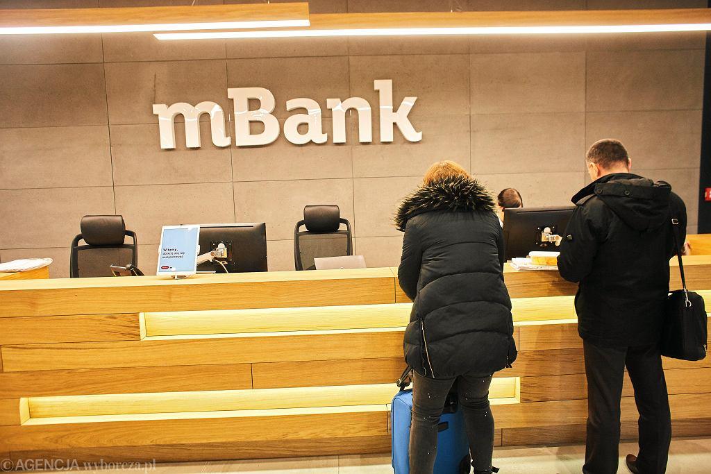 Mbank podnosi oprocentowanie kredytu samochodowego klientom, którzy nie dostarczą w terminie dowodu rejestracyjnego auta. A klienci nie mogą dostarczyć dowodów, gdyż wydziały komunikacji nie pracują z powodu pandemii i nie wydają dokumentów.
