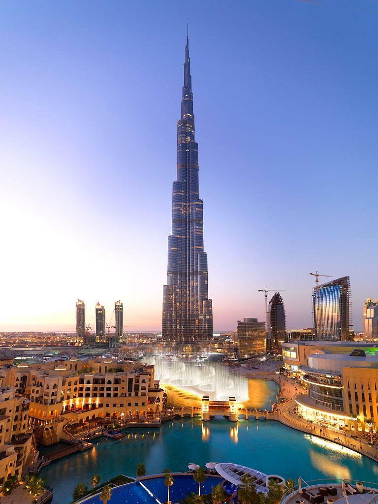 Dubai Mall znajduje się w sercu Dubaju, u stóp najwyższego budynku świata Burdż Chalifa, obok zaś są tańczące fontanny.