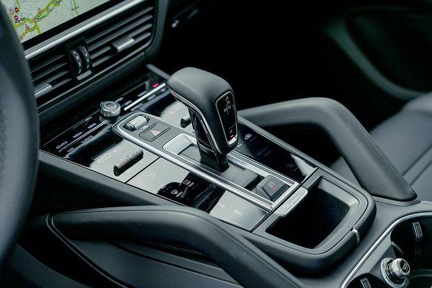 8-biegowy Tiptronic S kieruje moc na tył, ale gdy tylko wykryje poślizg, dołącza przednią oś.