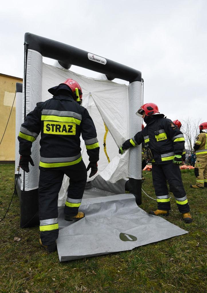 Epidemia koronawirusa. Strażacy w ramach ćwiczeń rozstawili przed szpitalem zakaźnym w Białymstoku pneumatyczny namiot do selekcji pacjentów