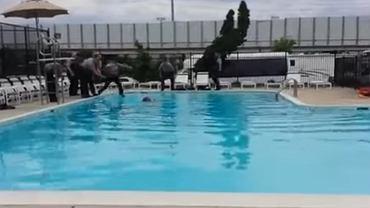Mateusz wszedł do basenu. Policjanci uratowali go w ostatniej chwili